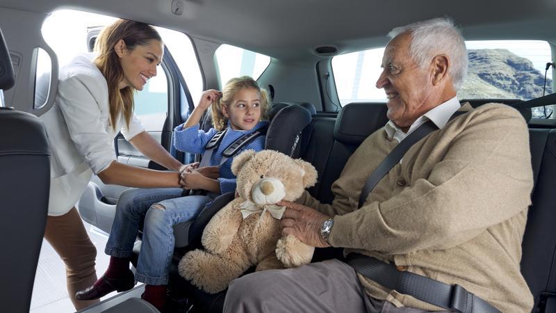Dziecku w samochodzie przyda się towarzystwo na tylnej kanapie