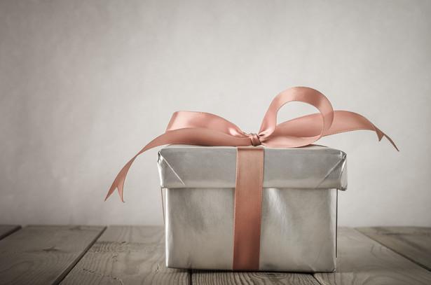 Dziś wartość nieopodatkowanych prezentów nie może przekroczyć 100 zł, jeśli prowadzona jest ewidencja osób je otrzymujących, i 10 zł – jeśli takiej ewidencji nie ma
