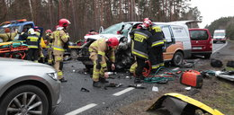 """Karambol na """"trasie śmierci"""". Zderzenie pięciu samochodów. Ranni byli wycinani aut"""