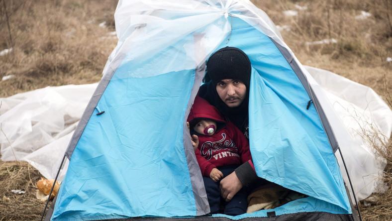 Grupa imigrantów z Afganistanu niedaleko Suboticy w północnej Serbii czeka na przemytników, którzy za pieniądze przeprowadzają ludzi przez granicę do Węgier. Dla uchodźców to spełnienie marzeń o bezpieczeństwie i życiu w o wiele lepszych warunkach niż te, jakie zostawili za sobą. Granica węgiersko-serbska jest faktycznie granicą Strefy Schengen. Jeśli uchodźcom uda się wejść na teren Unii Europejskiej, ich szanse dotarcia do bogatej Europy Zachodniej znacznie rosną. Dlatego służby graniczne Węgier starają się jak najdokładniej dbać o szczelność granicy z Serbią. Każdego dnia wyłapują dziesiątki nielegalnych imigrantów...