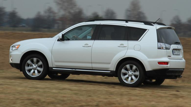 Outlander to uniwersalne auto: sprawdzi się w roli pojazdu rodzinnego oraz na szutrowych drogach.