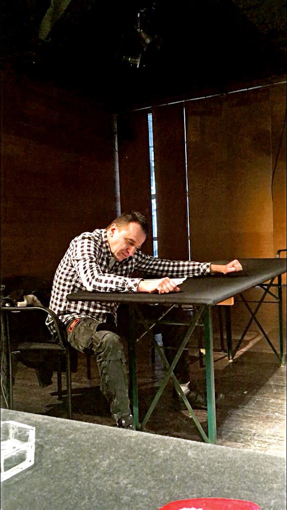 Nenad  Jezdić tokom probe predstave