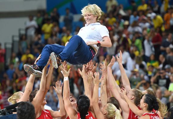 Marina Maljković na rukama košarkašica posle osvajanja bronze