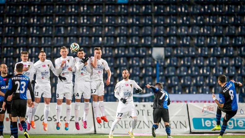 Piłkarz Zawiszy Bydgoszcz Alvarinho (P) strzela bramkę Pogoni Szczecin podczas meczu polskiej Ekstraklasy