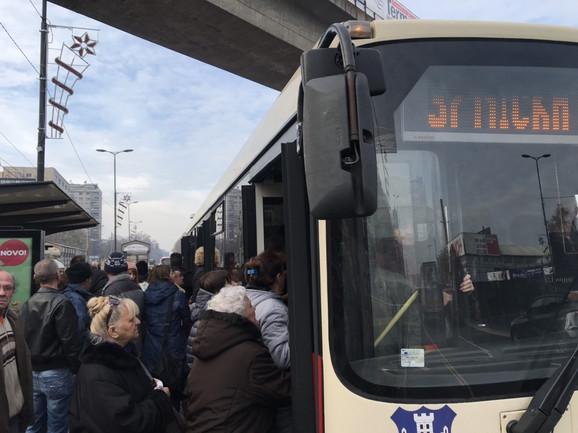 Kad dođu autobusi, sledi borba za mesto: Sa stanice linije 37