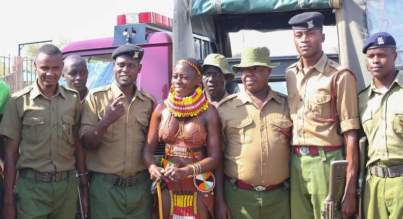 Akothee with Police officers. Photos of Akothee in Turkana helping drought victims