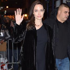 Uśmiechnięta Angelina Jolie rozdaje autografy swoim fanom