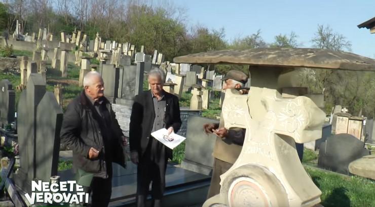 Meštani i predsednik na groblju u Lisicama