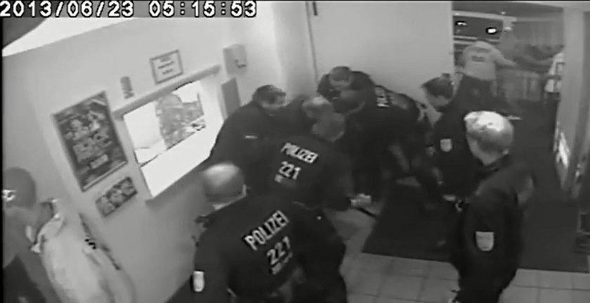 Jednego mężczyzne atakuje grupa policjantów