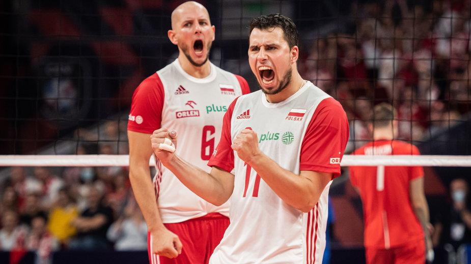 Fabian Drzyzga (na pierwszym planie) i Bartosz Kurek radują się po wygraniu z Rosją. ME siatkarzy
