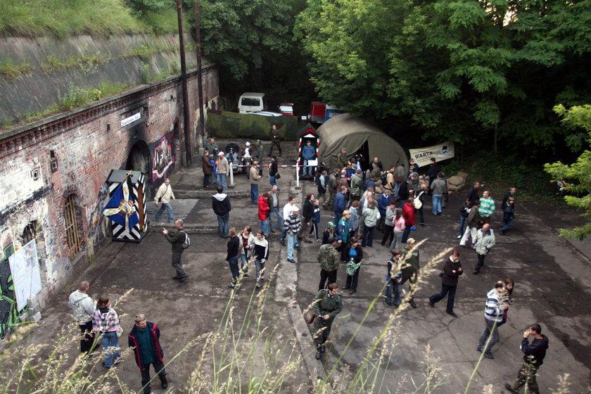 Ludzie zwiedzają Fort VIIIa w Poznaniu
