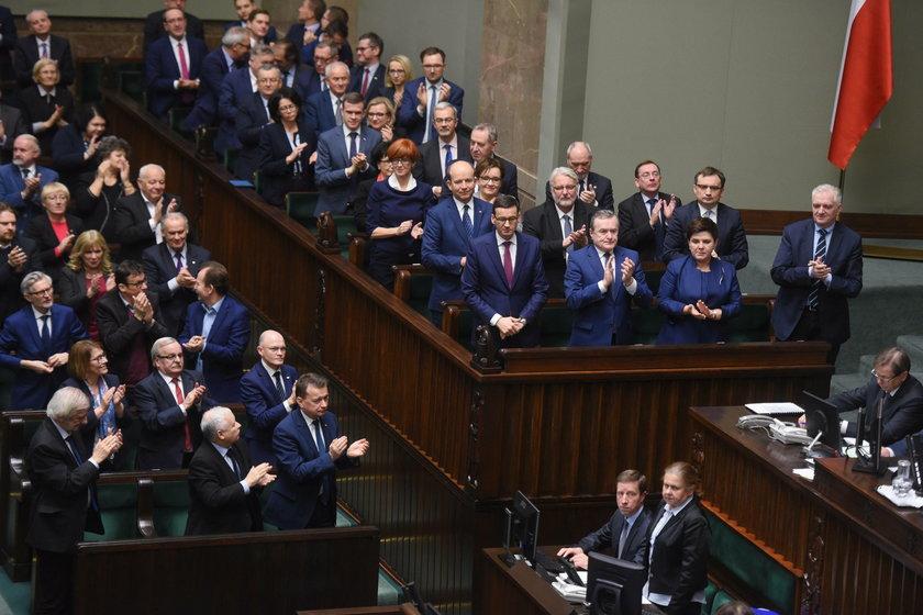 Raport NIK o nagrodach dla rządów PiS i PO