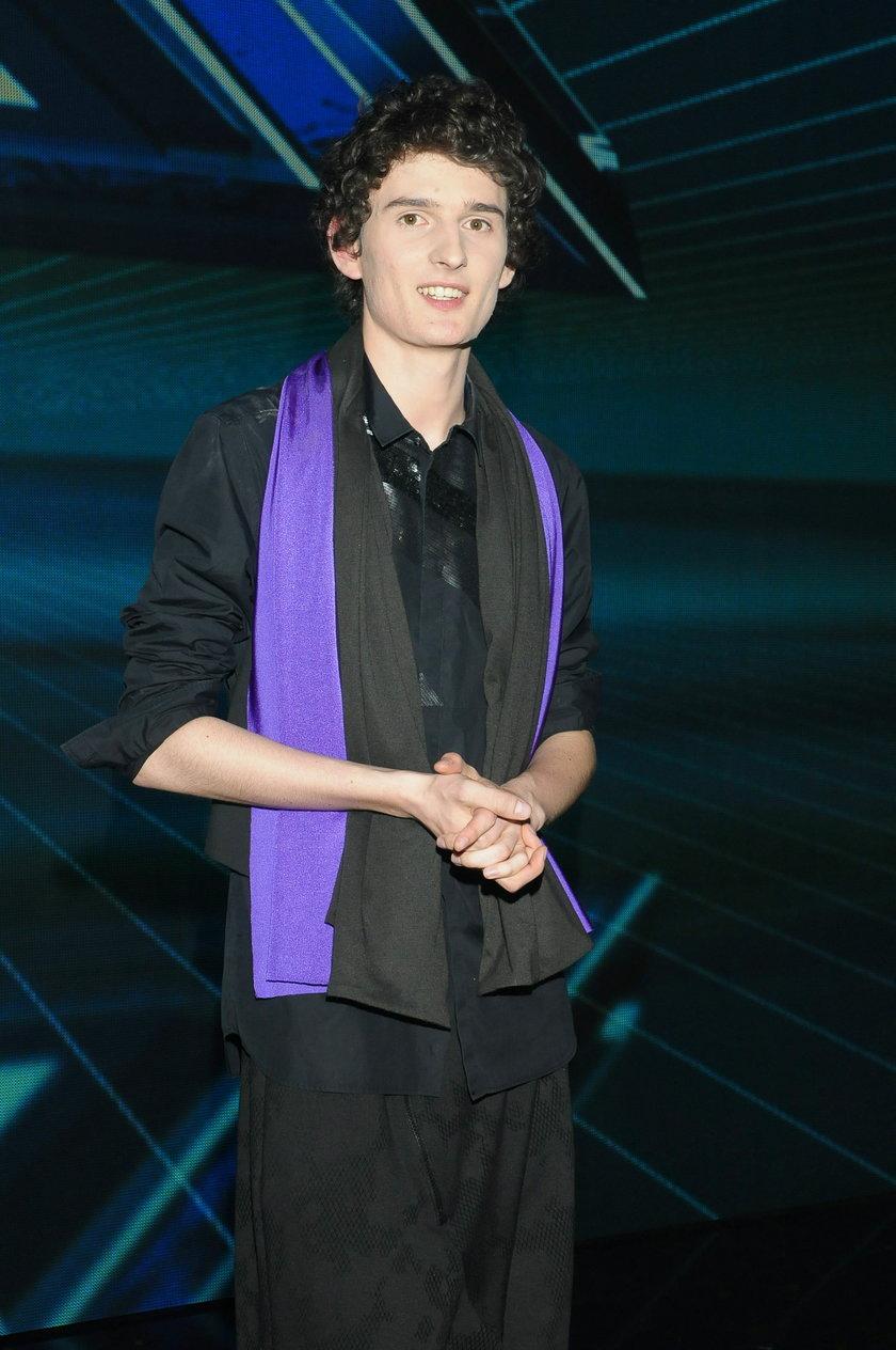 Dawid Podsiadło z fioletowym szalikiem