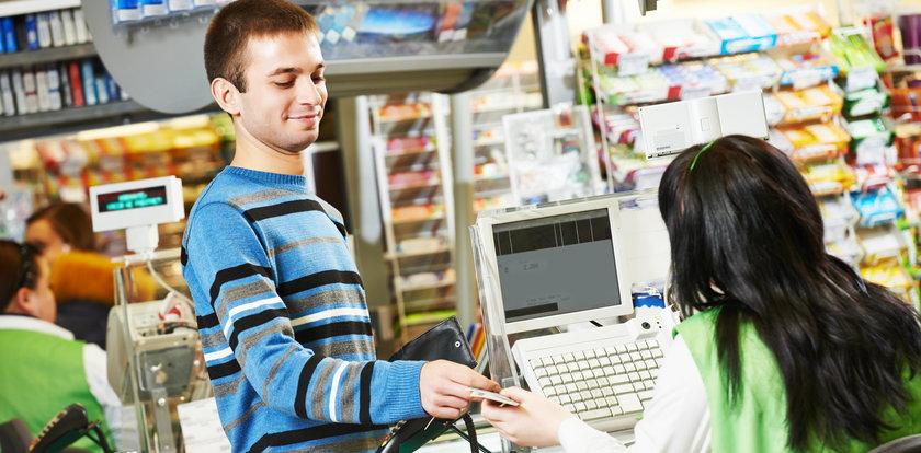 Kasjer w sklepie wydał za dużo? Masa Polaków nie oddałaby pieniędzy