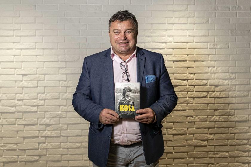 """Książka """"Kosa. Niczego nie żałuję"""", którą Roman Kosecki napisał z Dariuszem Faronem oraz Dariuszem Dobkiem, od dziś jest w sprzedaży"""