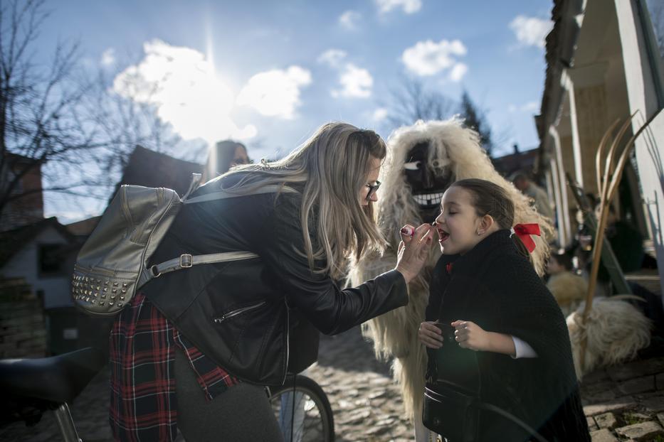 Sokác népviseletbe öltözött lány készülődik egy családi ház udvarán a mohácsi busójárás első napján, 2020. február 20-án / Fotó: MTI/Sóki Tamás