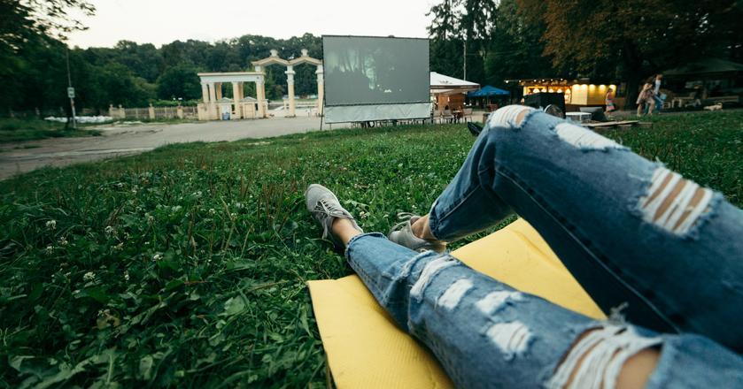 Nadchodzą wiosenne, ciepłe dni, gdy filmy zamiast w sali kinowej będziemy mogli oglądać w takich warunkach