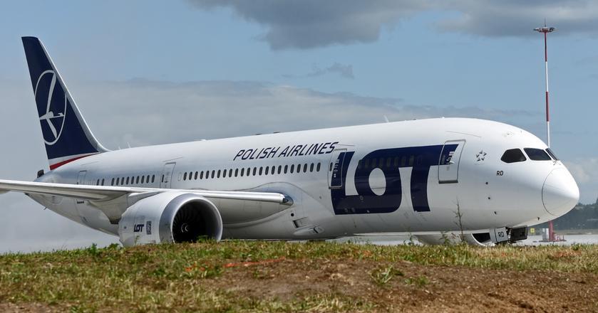 Flagowym samolotem PLL LOT jest Boeing 787-8 Dreamliner. Przewoźnik obsługuje nim wszystkie trasy dalekiego zasięgu
