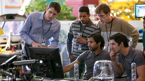 """Jared (pierwszy z lewej) w serialu """"Silicon Valley"""" to pracownik, który chciałby pomóc każdemu - i źle na tym wychodzi"""