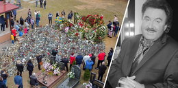 Fani pielgrzymują do grobu Krzysztofa Krawczyka. Cmentarz w Grotnikach przeżywa oblężenie