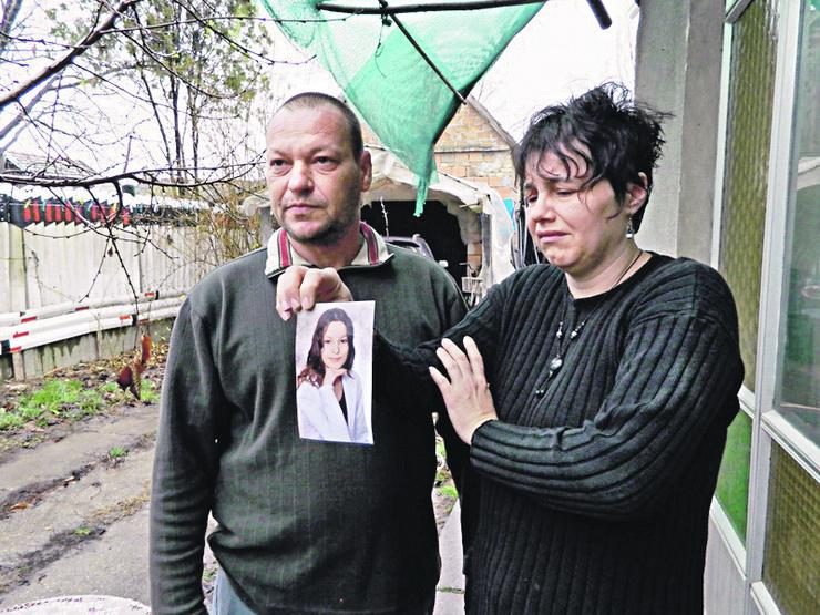 Senta - Majka Melinda i otac Endre Vitez sa slikom cerke foto Nedeljko Kolundzija