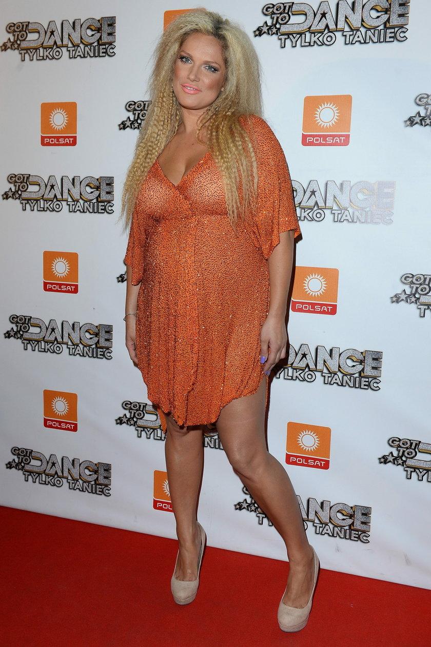 Joanna Liszowska w pomarańczowym stroju