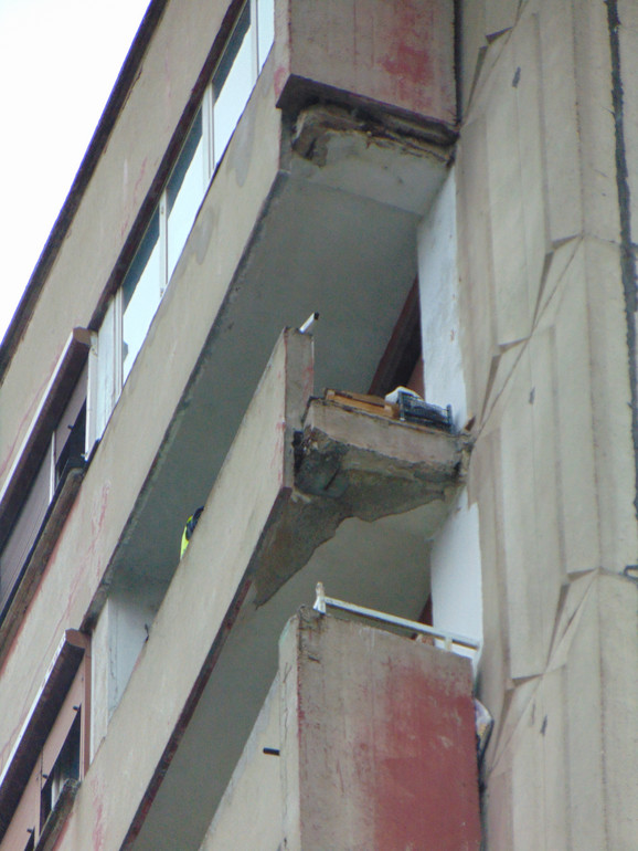 Betonski blok, bočni zid terase,  obrušio se sa 16. sprata