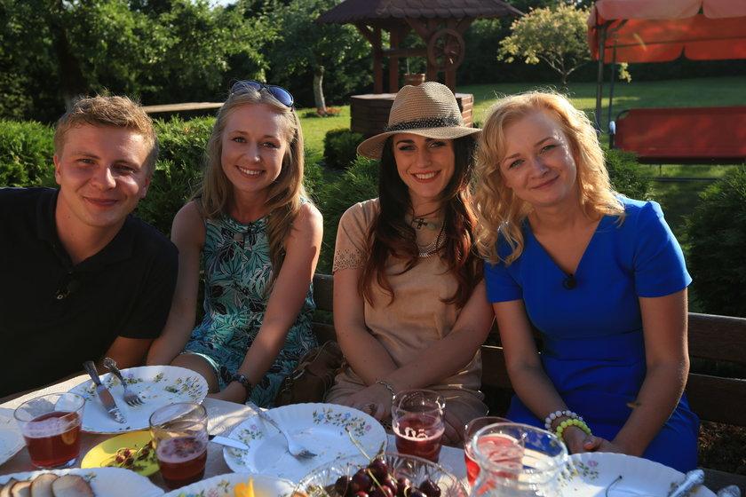 Rafał przy stole z dziewczynami