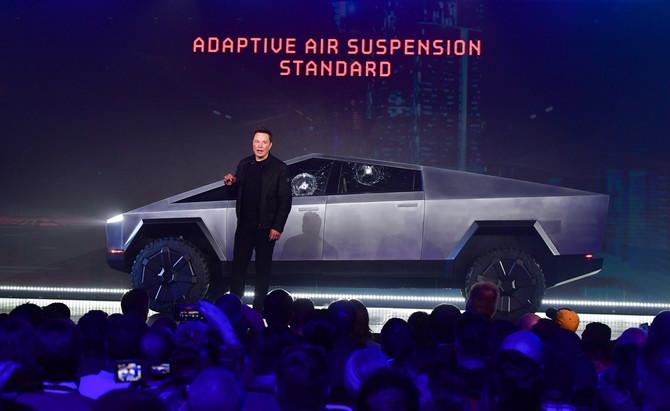 "Ilon Mask ispred ""Tesla"" automobila"