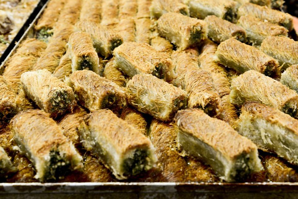 Mahaneh Jehuda - - codziennie zakupy na lokalnym jerozolimskim bazarze, pełnym straganów ze świeżymi warzywami i owocami, aromatycznymi przyprawami, bakaliami, pieczywem, lokalną chałwą sprzedawaną na kilogramy i baklawą.
