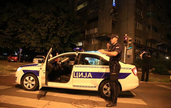 Policajci ispred zgrade u kojoj se desila pucnjava