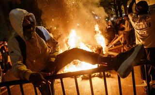 Biały policjant uderza w Trumpa i Bidena. Amerykę dopadł wirus rasizmu