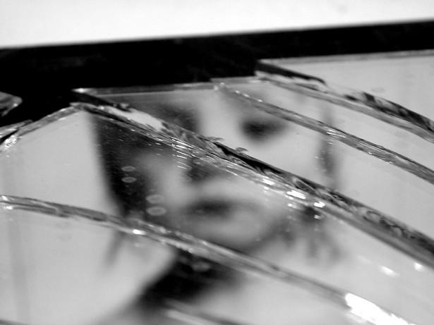 Sprawca przemocy domowej może być wyrzucony z własnego mieszkania, by ochronić krzywdzone przez niego dzieci lub żonę – taki przepis ma zostać przyjęty przez posłów już na najbliższym posiedzeniu Sejmu.
