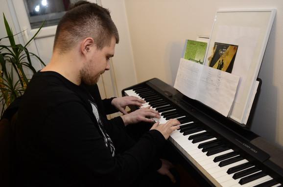 Kada svira, ćuti i koncentriše se: Mihailo za klavirom