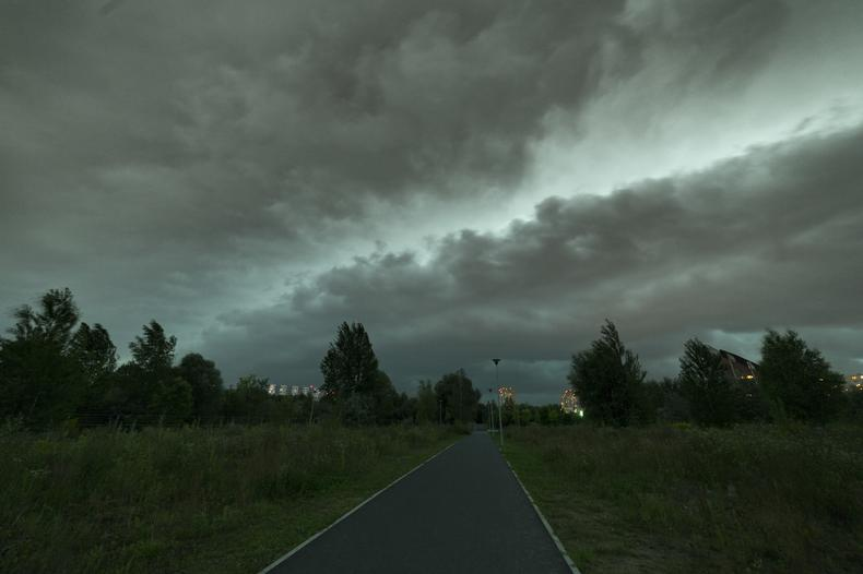 Chmura szelfowa przechodząca nad Poznaniem przynosząca wielką nawałnicę widziana ze ścieżki pieszo-rowerowej w Parku Rataje