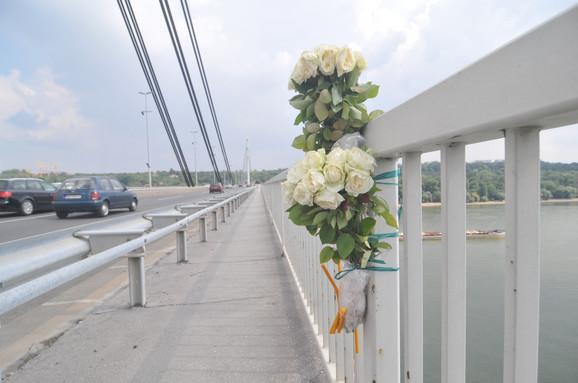 Cveće i sveće na Mostu slobode za pokojnu Aleksandru Božić
