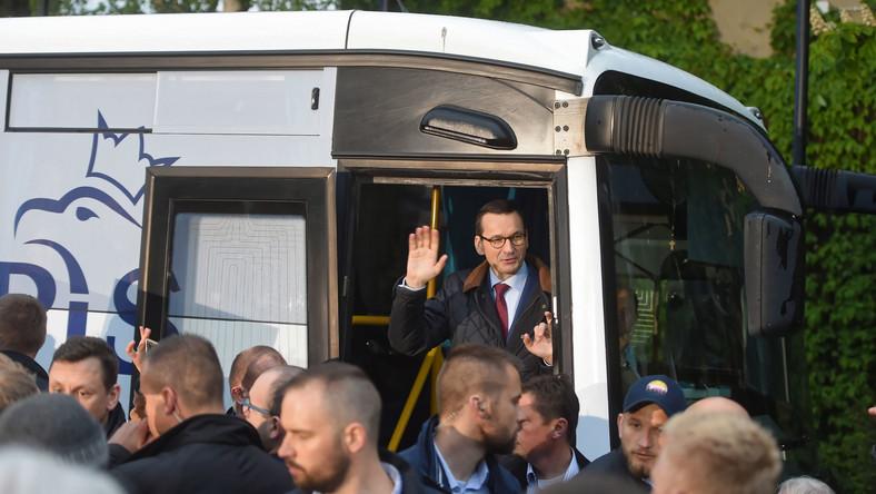 Premier Mateusz Morawiecki w PiS-busie
