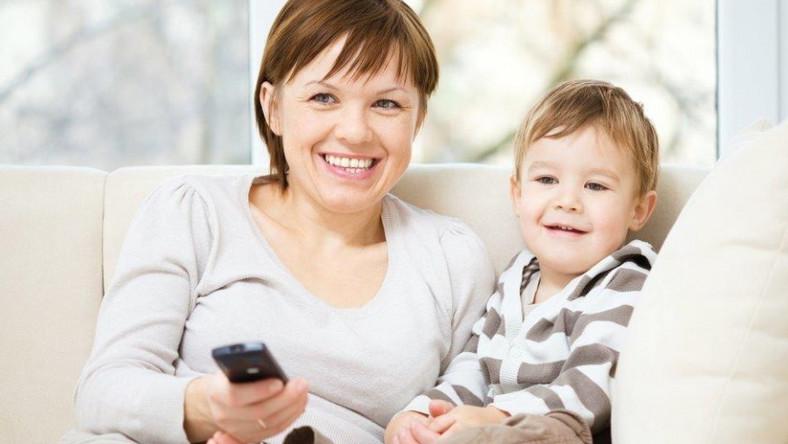 Matka z dzieckiem przed telewizorem