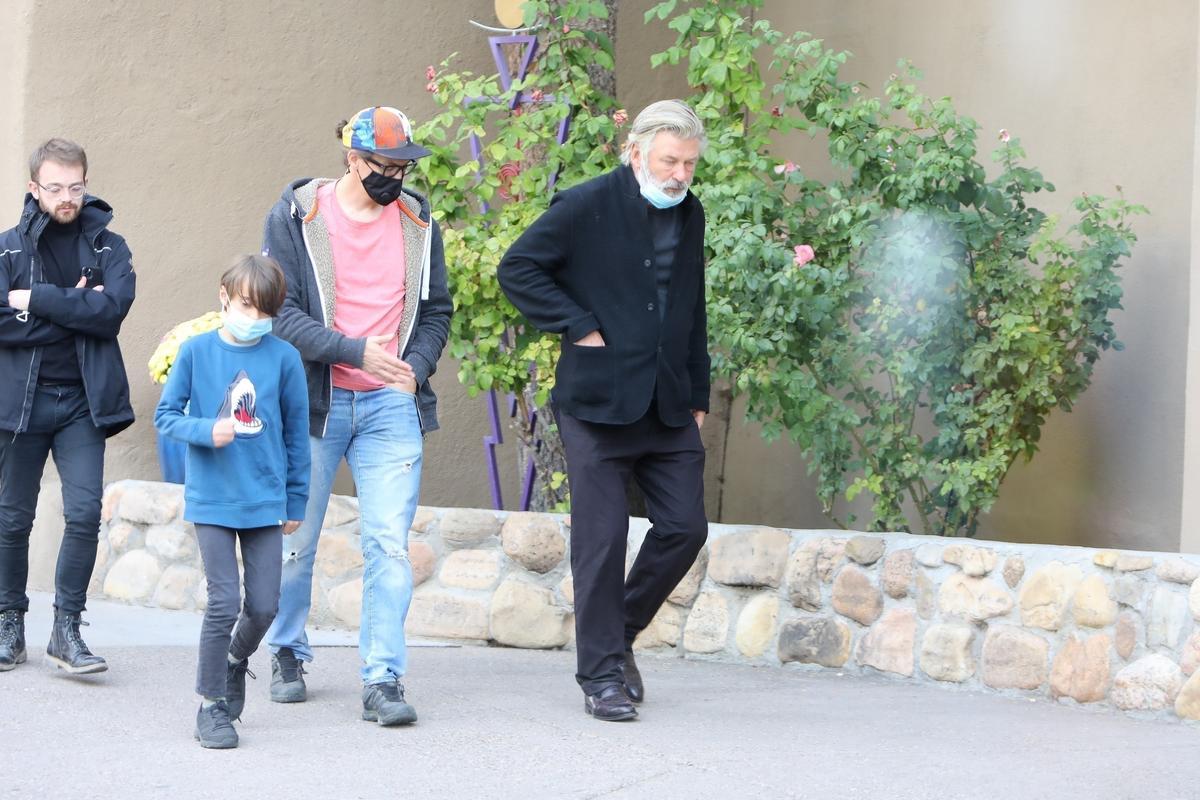 Alec Baldwin találkozott a véletlenül lelőtt operatőr férjével és fiával - fotók