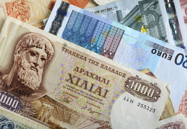 Europejski Bank Centralny postanowił ułatwić bankom Grecji dostęp do funduszy, przyjmując w zamian za gotówkę obligacje tego kraju.
