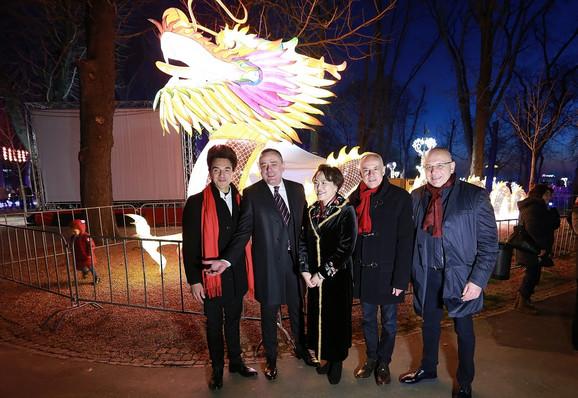 Učesnici proslave su nakon velikog vatrometa u ponoć po pekinškom vremenu,obišli Festival svetla.