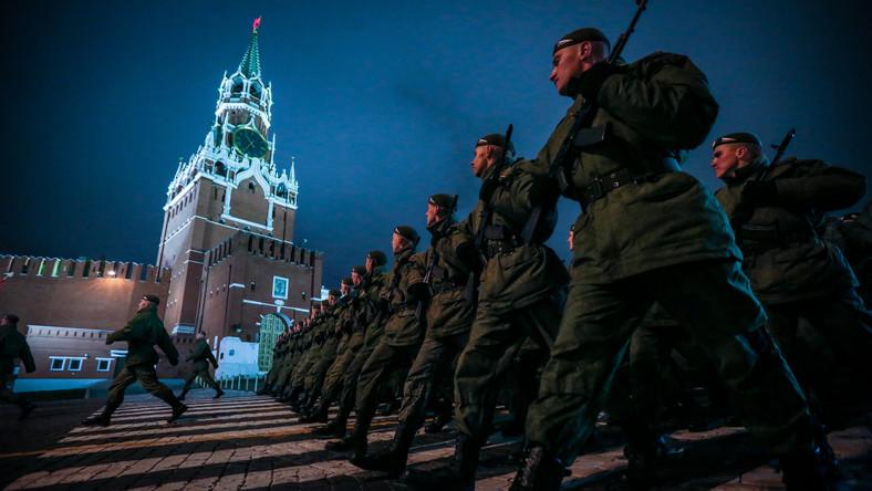 Moskwa szykuje się do wielkiej parady zwycięstwa. By wszystko odbyło się perfekcyjnie, żołnierze ćwiczą dzień i noc