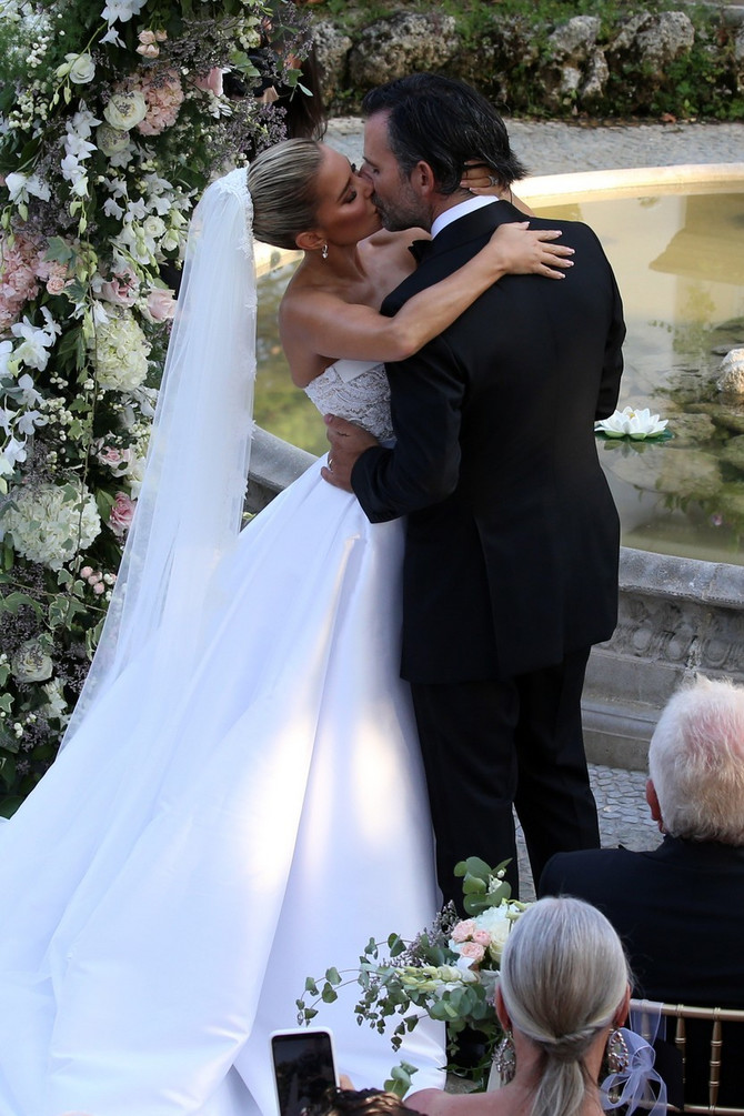 Prvi bračni poljubac