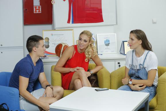 Tijana Malešević i Jovana Stevanović u razgovoru sa novinarom