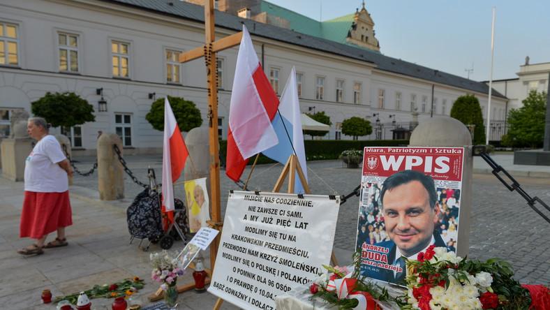 Drewniany krzyż stanął przed Pałacem Prezydenckim w czwartek, kiedy miało miejsce zaprzysiężenia prezydenta Andrzeja Dudy. Jak zapowiedziała obrończyni krzyża przed Pałacem Prezydenckim, będzie on ustawiany codziennie o godz. 20. Następnie do godz. 21.15 będzie przy nim odmawiany Apel Jasnogórski.