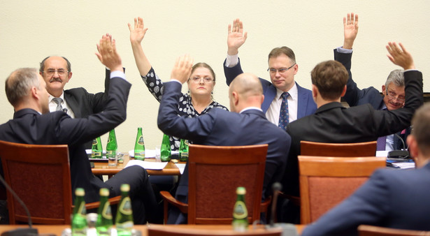 Posłowie Prawa i Sprawiedliwości podczas wieczornego posiedzenia sejmowej Komisji Ustawodawczej w Sejmie.