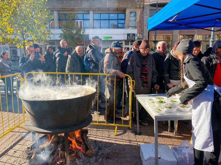 Łódź: Z okazji urodzin żony urządził bezdomnym ucztę