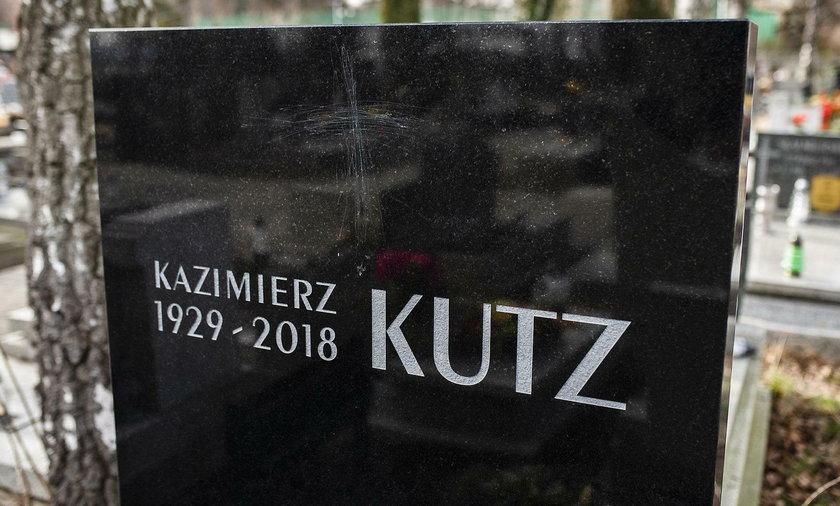"""Uszkodzono nagrobek Kazimierza Kutza. """"Ktoś rozwalił moje serce"""""""