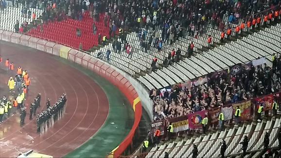 Navijači CSKA su skinuli majice u završnici meča