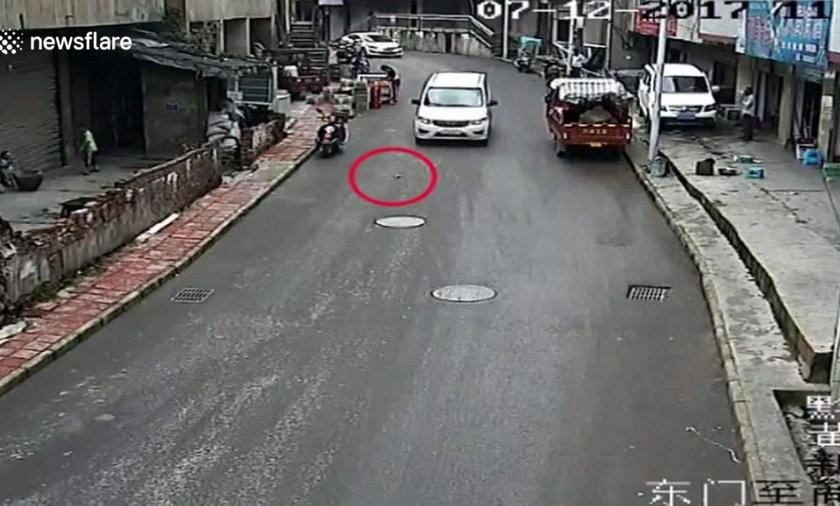 Chłopiec trafiony butelką, na którą najechał samochód - film